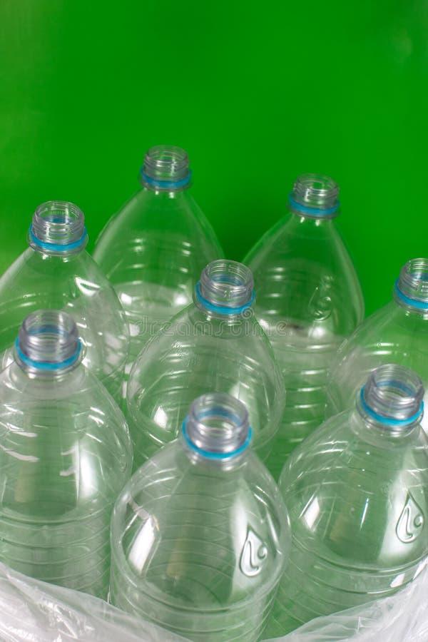 Imagen de Verticam de un paquete de 8 vac?os y de botellas de agua pl?sticas reciclables, sin los casquillos, sello azul, en una  imagenes de archivo