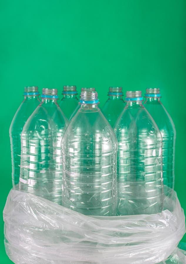 Imagen de Verticam de un paquete de 8 vac?os y de botellas de agua pl?sticas reciclables, sin los casquillos, sello azul, en una  fotografía de archivo