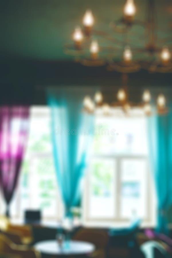 Imagen Defocused de la cafetería con las ventanas grandes fotos de archivo