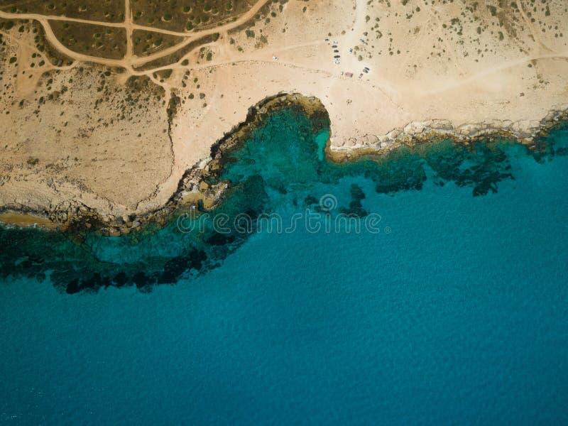 Imagen del abejón desde muy arriba alrededor de la costa costa cuevas de Chipre, mar imagen de archivo libre de regalías