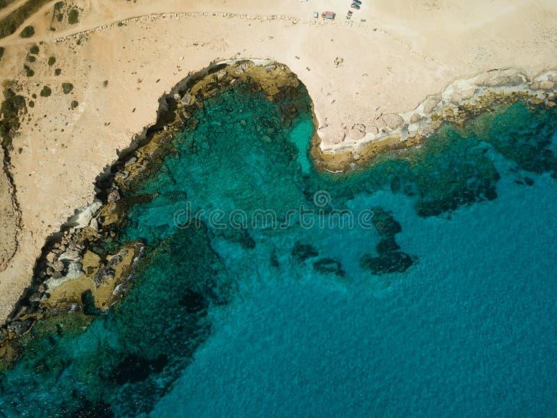 Imagen del abejón desde muy arriba alrededor de la costa costa cuevas de Chipre, mar foto de archivo libre de regalías