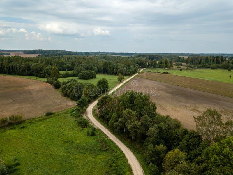 imagen del abejón vista aérea de la zona rural con los campos y los bosques fotografía de archivo libre de regalías