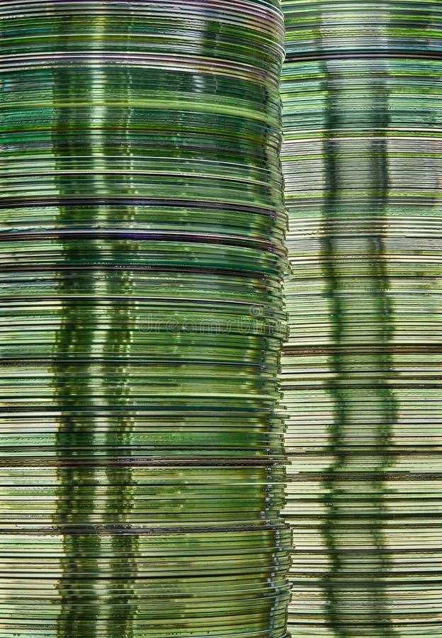 Imagen del almacenamiento de datos con las pilas discos de memoria interna translúcido del DVD y del CD del oro verde imagenes de archivo