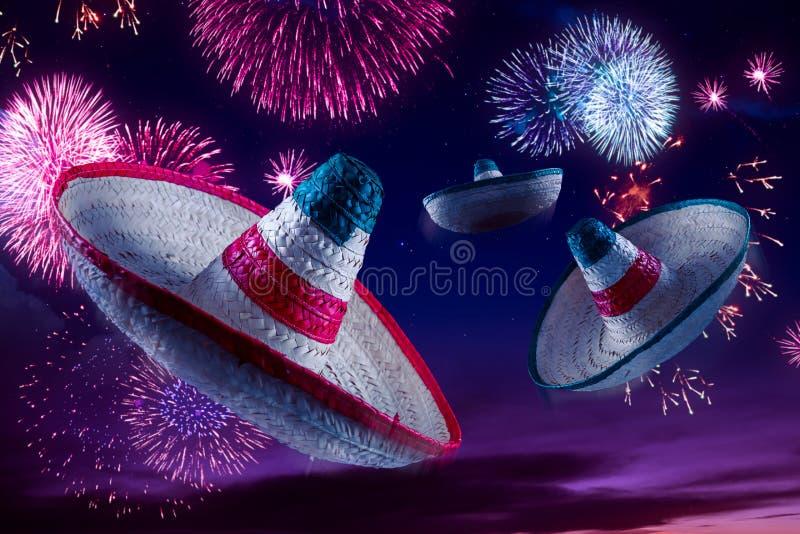 Imagen del alto contraste de sombreros mexicanos/de sombreros en el cielo con foto de archivo libre de regalías