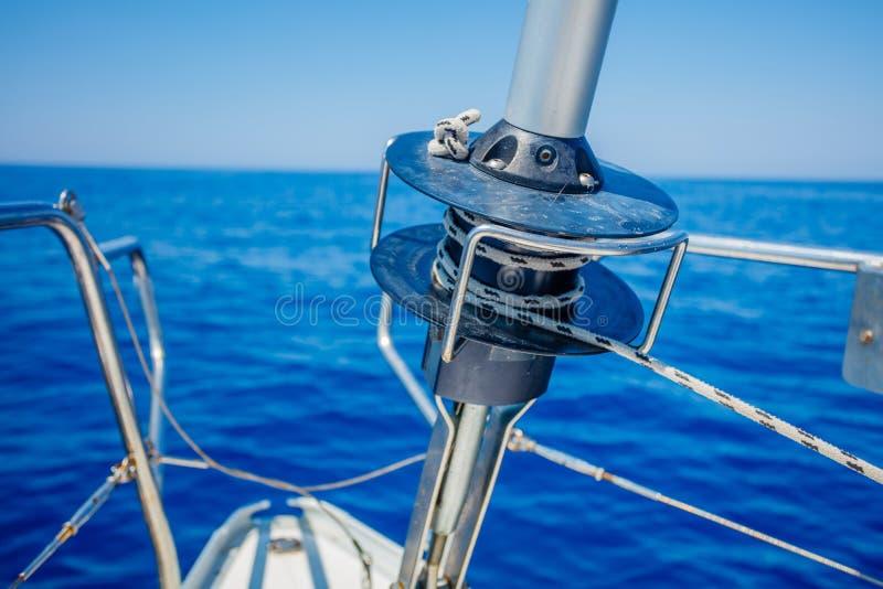 Imagen del arco de un velero que cruza con el rodillo que recoge el engranaje imagen de archivo libre de regalías