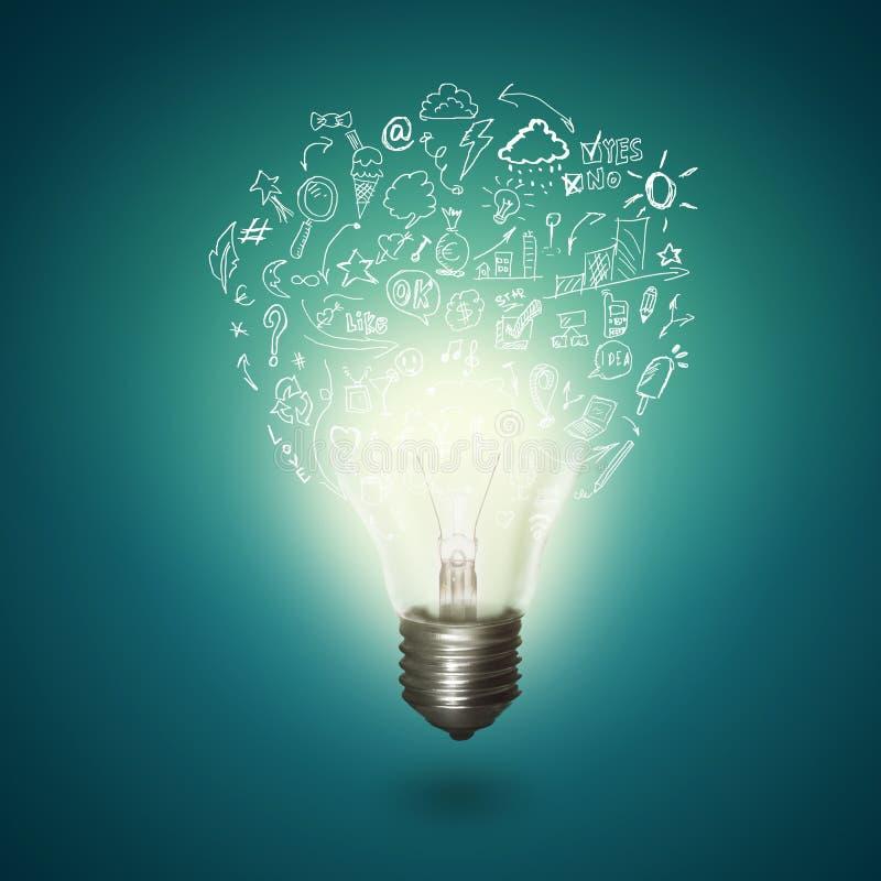 Imagen del bulbo eléctrico de la idea en fondo azul imágenes de archivo libres de regalías