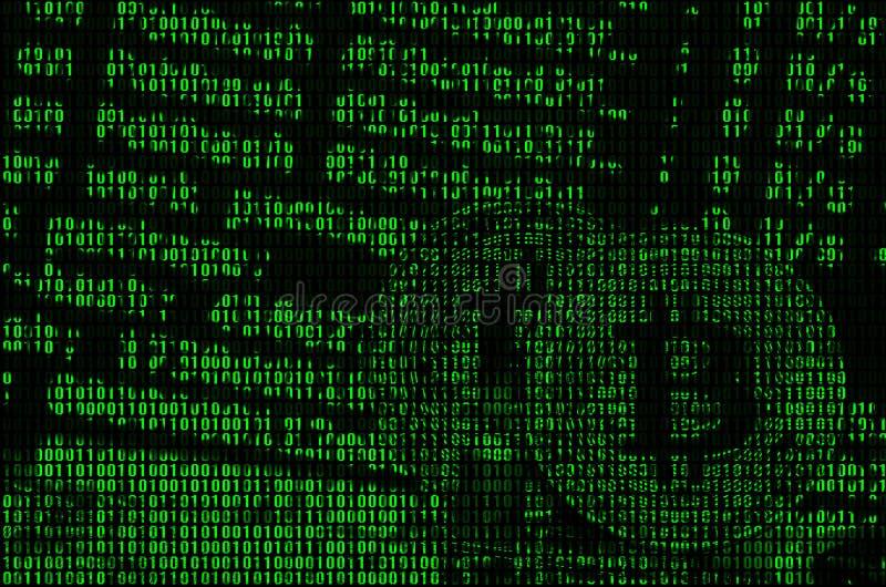 Imagen del código binario de los dígitos verdes claros, a través de los cuales la imagen del bitcoin físico imagen de archivo