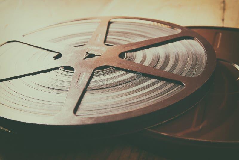 Imagen del carrete viejo de la película de 8 milímetros sobre fondo de madera Imagen retra del estilo fotografía de archivo libre de regalías