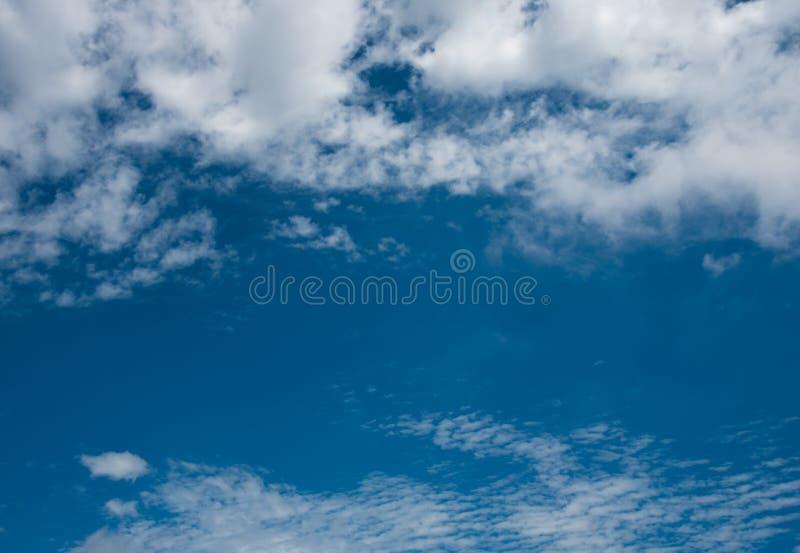 Imagen del cielo azul con mañana colorida de las nubes fotos de archivo