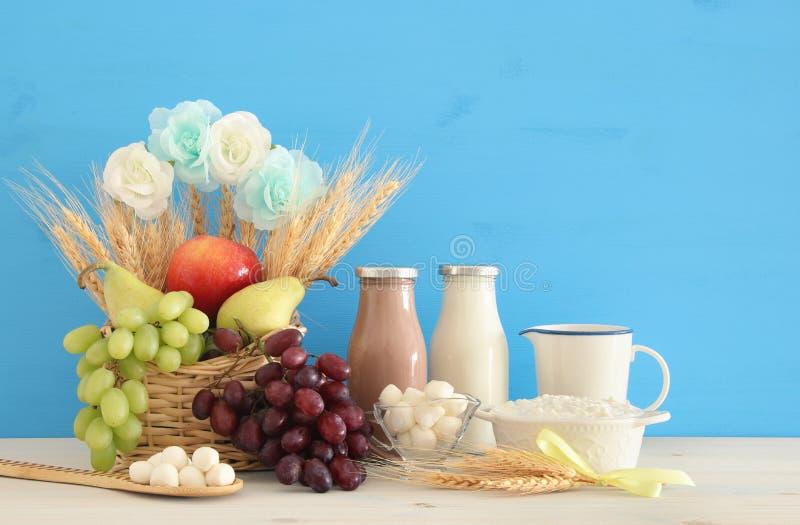 Imagen del collage de la visión superior de los productos lácteos y de las frutas Símbolos del día de fiesta judío - Shavuot fotografía de archivo libre de regalías