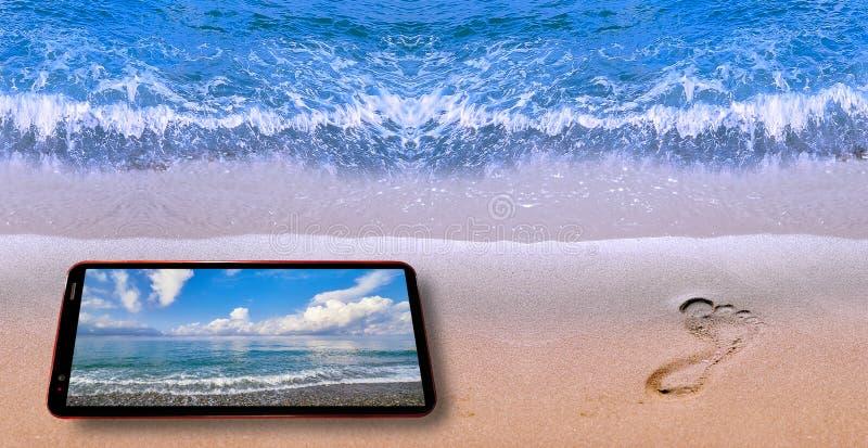 Imagen del collage del teléfono celular que demuestra paisaje agradable del mar en el borde de la pantalla y del agua de la playa fotografía de archivo libre de regalías