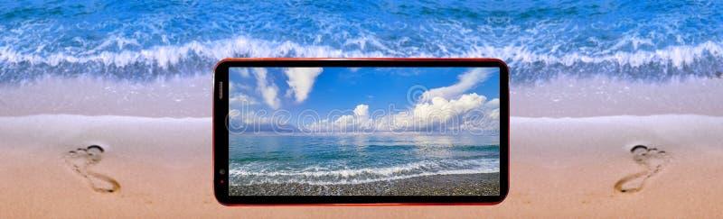 Imagen del collage del teléfono celular que demuestra paisaje agradable del mar en la pantalla y el fondo borroso del borde del a foto de archivo libre de regalías