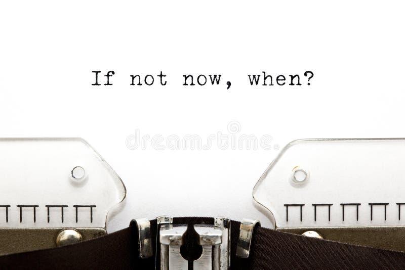 Máquina de escribir si no ahora en que foto de archivo