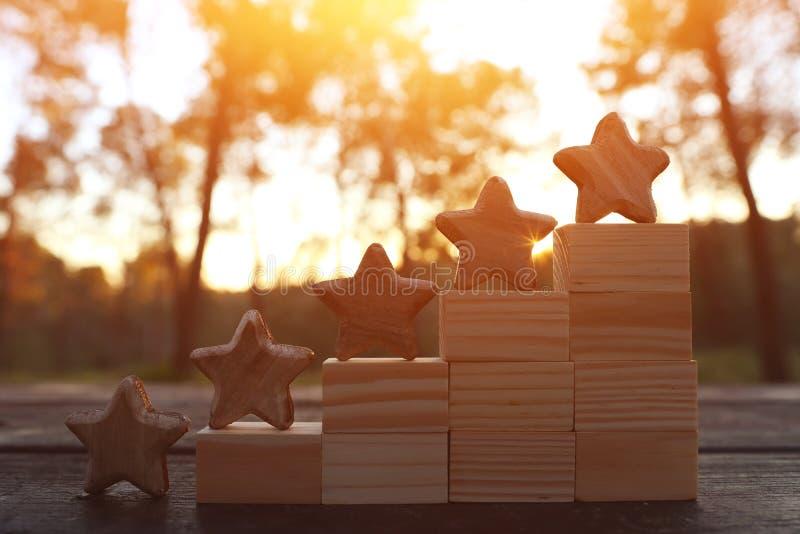 Imagen del concepto de fijar una meta de cinco estrellas aumente la idea del grado o de la graduación, de la evaluación y de la c foto de archivo libre de regalías