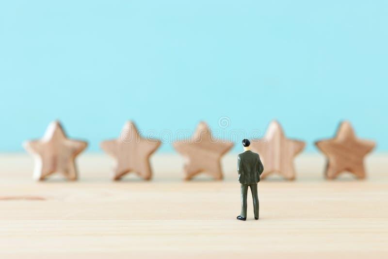 Imagen del concepto de fijar una meta de cinco estrellas aumente la idea del grado o de la graduación, de la evaluación y de la c imágenes de archivo libres de regalías