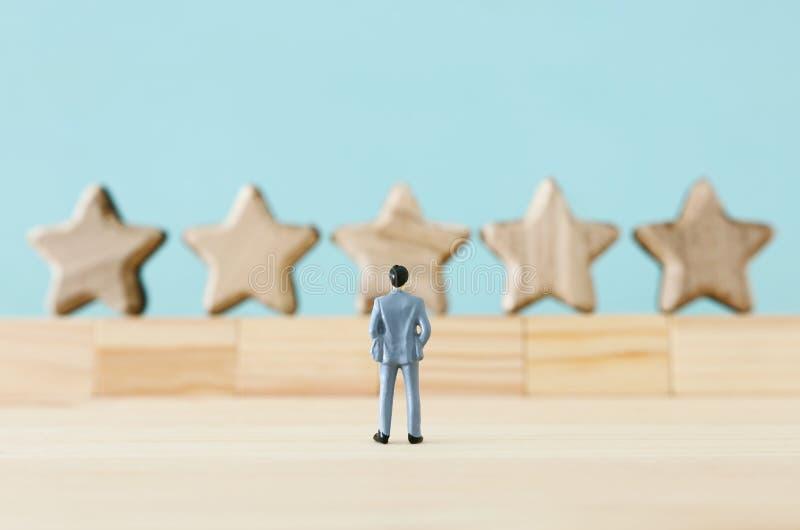 Imagen del concepto de fijar una meta de cinco estrellas aumente la idea del grado o de la graduación, de la evaluación y de la c imagenes de archivo
