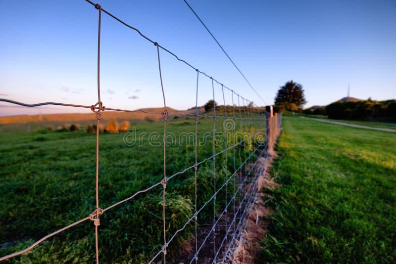 Imagen del concepto de la cerca que divide ambo el lado imágenes de archivo libres de regalías