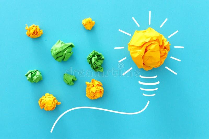 Imagen del concepto de la idea acertada, del bosquejo del papel arrugado y de la bombilla, de inspirarse y del pensamiento creati fotos de archivo