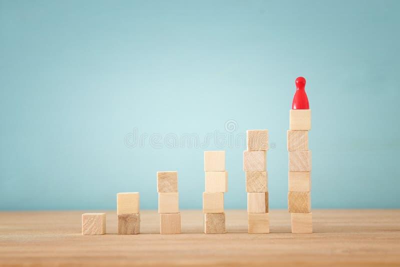 imagen del concepto de los bloques de madera que apilan como carta o escalera concepto para el crecimiento y el éxito fotografía de archivo