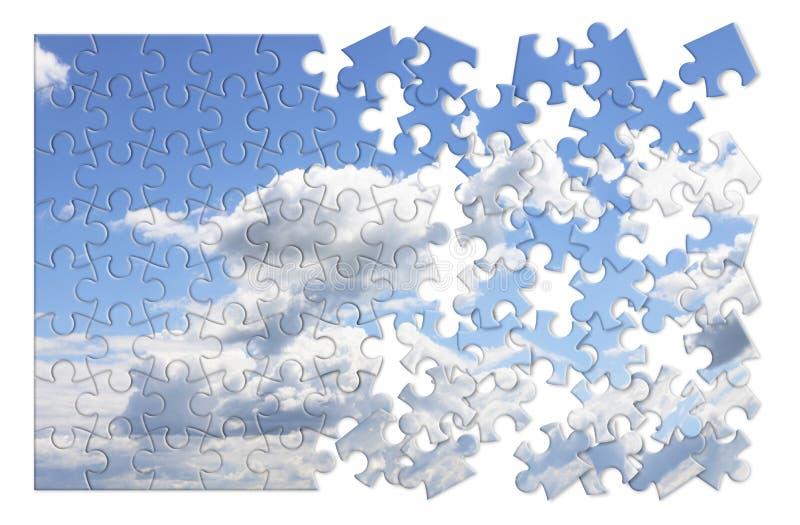 Imagen del concepto de los cambios de clima con un cielo nublado en forma del rompecabezas imagenes de archivo