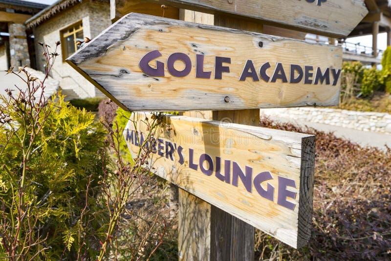 Imagen del concepto de un poste indicador con la información del campo de golf imagen de archivo libre de regalías