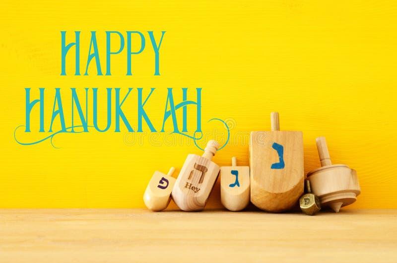 Imagen del día de fiesta judío Jánuca con los dreidels de madera y x28; giro fotos de archivo libres de regalías