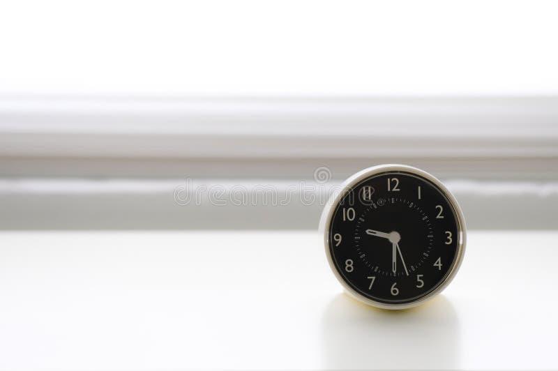 Imagen del despertador en el fondo blanco fotografía de archivo