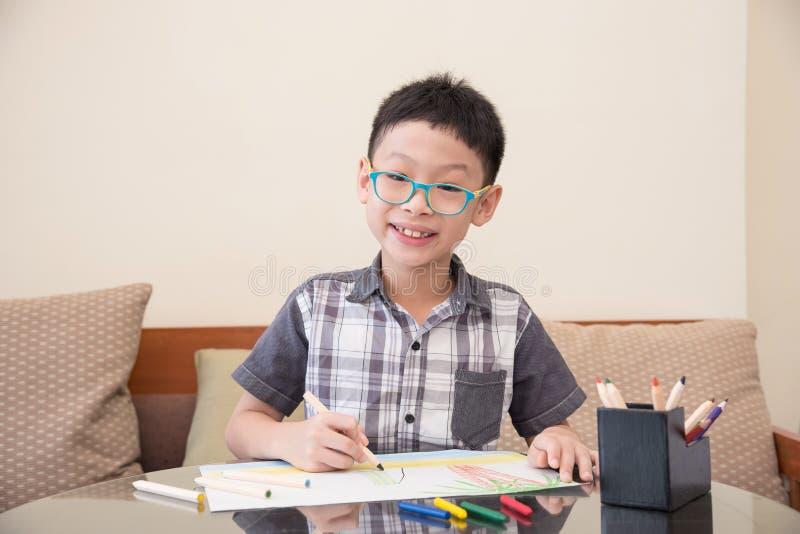Imagen del dibujo del muchacho en casa foto de archivo libre de regalías
