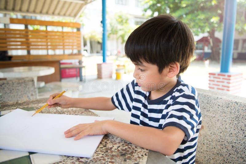 Imagen del dibujo del niño pequeño en la tabla imagenes de archivo