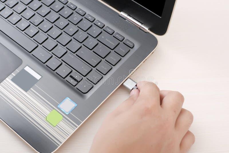 Imagen del dispositivo USB de conexión al ordenador portátil fotos de archivo libres de regalías