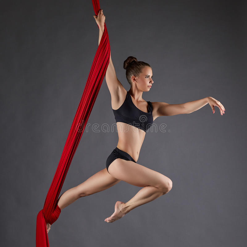 Imagen del ejecutante hermoso de la danza en las sedas aéreas imágenes de archivo libres de regalías