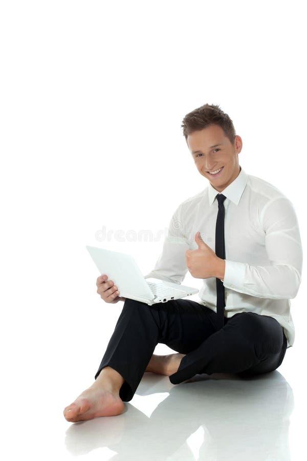 Imagen del hombre de negocios joven feliz que muestra los pulgares para arriba fotografía de archivo libre de regalías