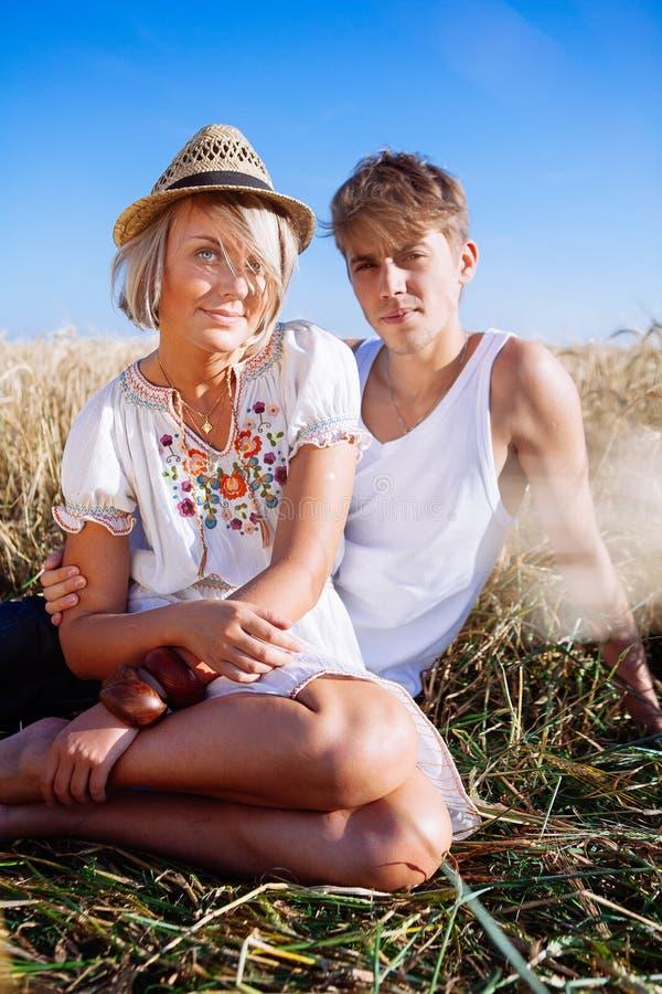 Imagen del hombre joven y de la mujer en campo de trigo fotos de archivo libres de regalías
