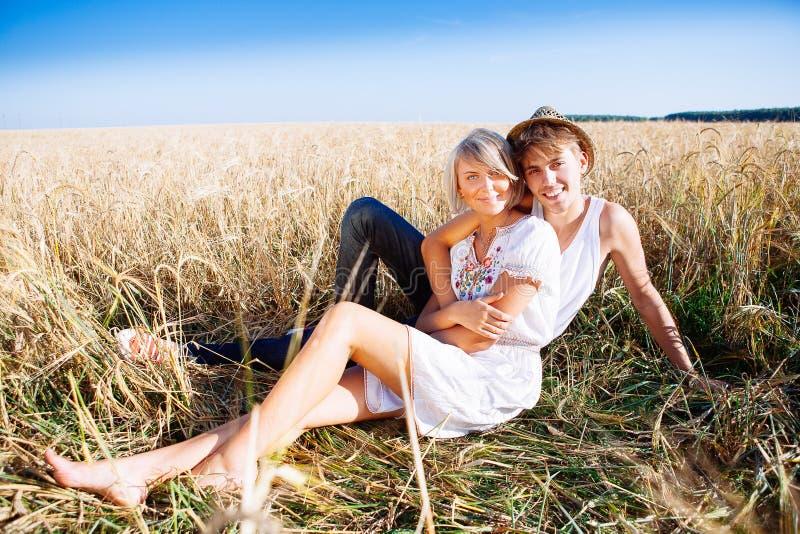 Imagen del hombre joven y de la mujer en campo de trigo fotografía de archivo