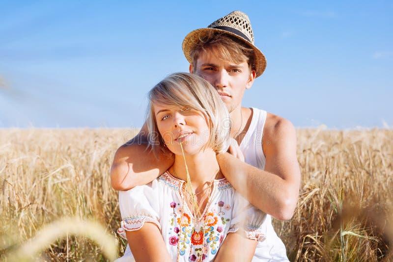 Imagen del hombre joven y de la mujer en campo de trigo imágenes de archivo libres de regalías