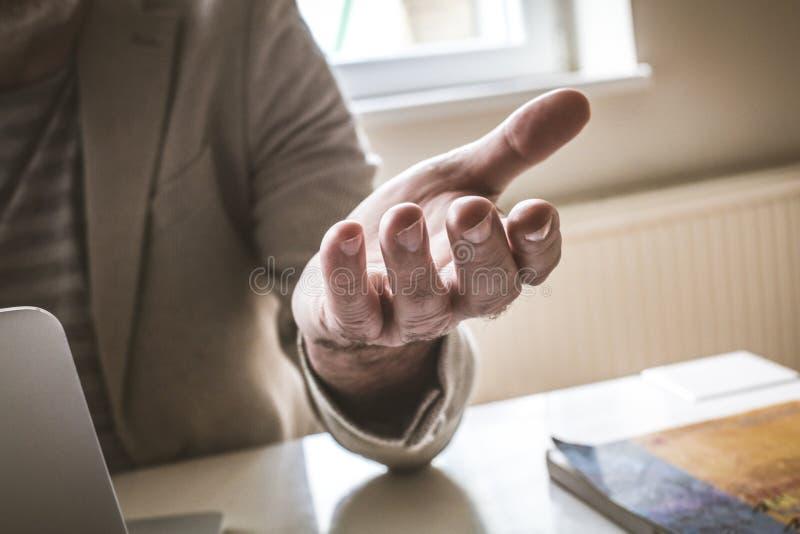 Imagen del hombre mayor que da la mano amiga Cierre para arriba imagen de archivo libre de regalías