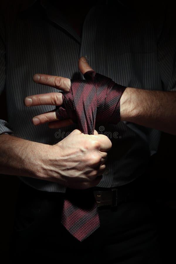 Imagen del hombre que consigue lista para la lucha de la oficina con un lazo en su puño imagen de archivo libre de regalías
