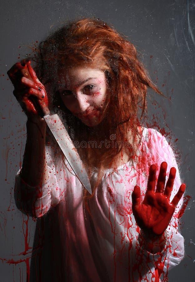 Imagen del horror con sangrar a la mujer de Freightened fotos de archivo