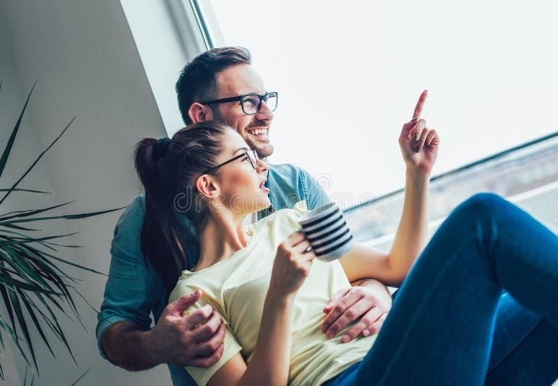 Imagen del individuo joven que abraza a su novia fotografía de archivo