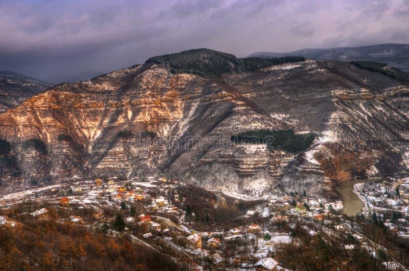 Imagen del invierno con puesta del sol cerca de Tserovo, Bulgaria imagen de archivo