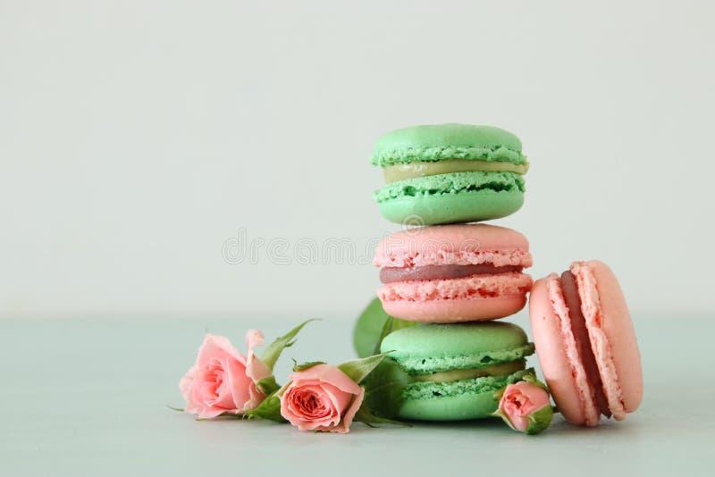 Imagen del macaron o de los macarrones coloridos románticos sobre fondo en colores pastel fotos de archivo