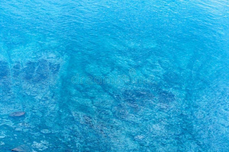 Imagen del mar con agua clara con los rastros inferiores imagenes de archivo