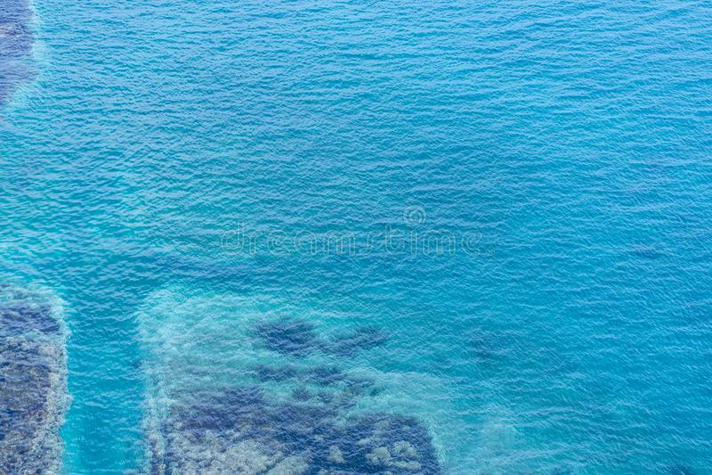 Imagen del mar con agua clara con los rastros inferiores imágenes de archivo libres de regalías