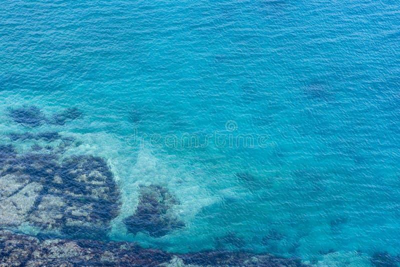 Imagen del mar con agua clara con los rastros inferiores foto de archivo