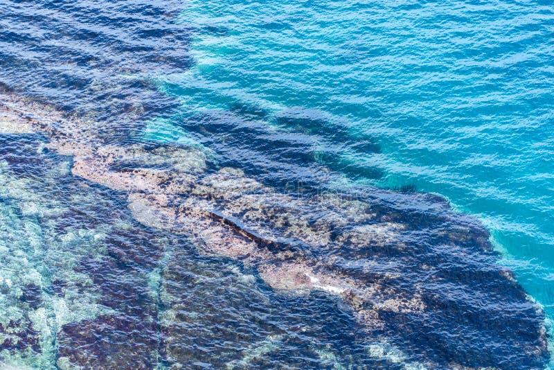 Imagen del mar con agua clara con los rastros inferiores fotos de archivo libres de regalías