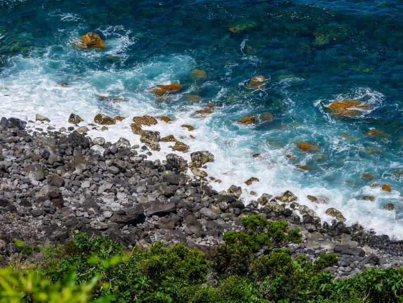 Imagen del mar con las rocas a lo largo de una costa imagenes de archivo