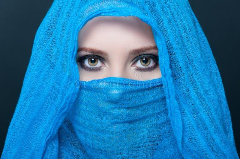 Imagen del modelo femenino joven en bufanda azul fotos de archivo
