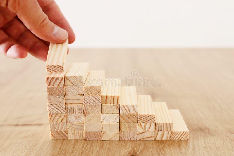 Imagen del negocio de arreglar los bloques de madera que apilan como escaleras del paso Concepto del ?xito y del desarrollo imagenes de archivo
