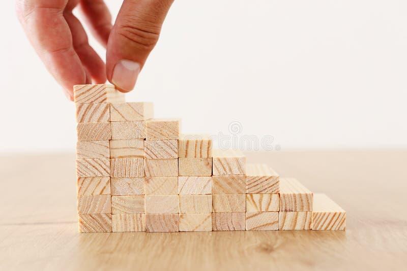 Imagen del negocio de arreglar los bloques de madera que apilan como escaleras del paso Concepto del ?xito y del desarrollo fotografía de archivo libre de regalías