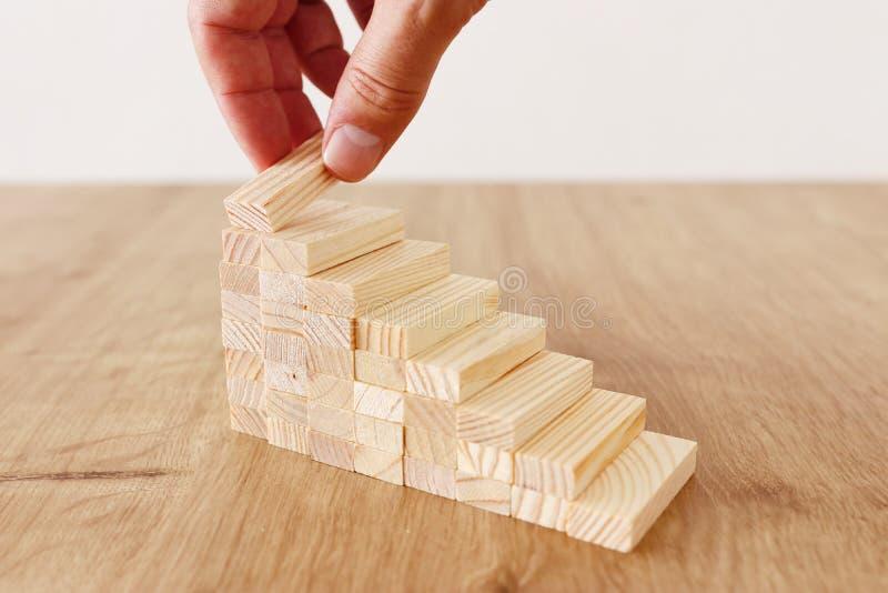 Imagen del negocio de arreglar los bloques de madera que apilan como escaleras del paso Concepto del ?xito y del desarrollo fotos de archivo libres de regalías